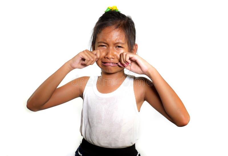 美好和逗人喜爱的女孩8或9岁画象哭泣哀伤在感觉的痛苦中不快乐和弄翻隔绝在白色背景 库存照片