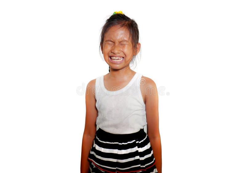 美好和逗人喜爱的女孩8或9岁画象哭泣哀伤在感觉的痛苦中不快乐和弄翻隔绝在白色背景 免版税库存图片