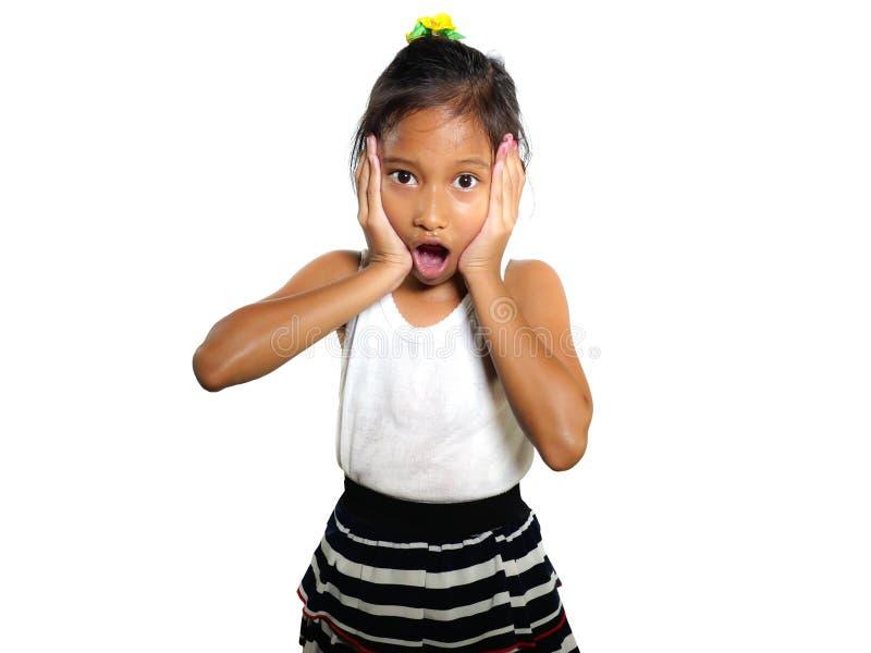 美好和逗人喜爱的7或8岁女孩怀疑地冲击了并且使打开的嘴和惊奇面孔表示惊奇 免版税库存照片
