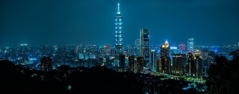 美好的台北地平线在晚上 台北101摩天大楼以为特色 台湾 免版税图库摄影