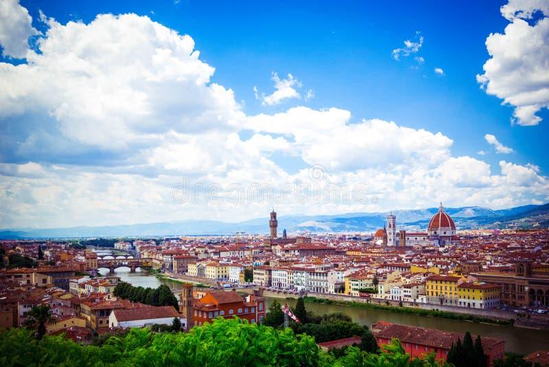 美好的全景佛罗伦萨佛罗伦萨,意大利新生教会 蓝色域绿色风景天空夏天 好日子,与积云的天空蔚蓝 免版税库存图片
