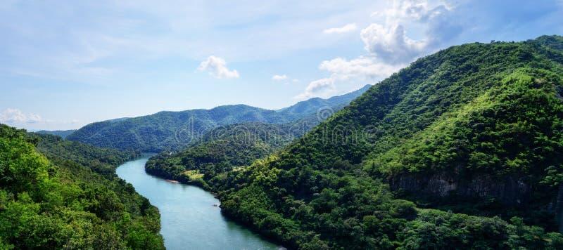 美好的全景:绿色山谷的顶视图蓝色河 旅行,旅游业,旅行癖概念 文本 免版税库存照片