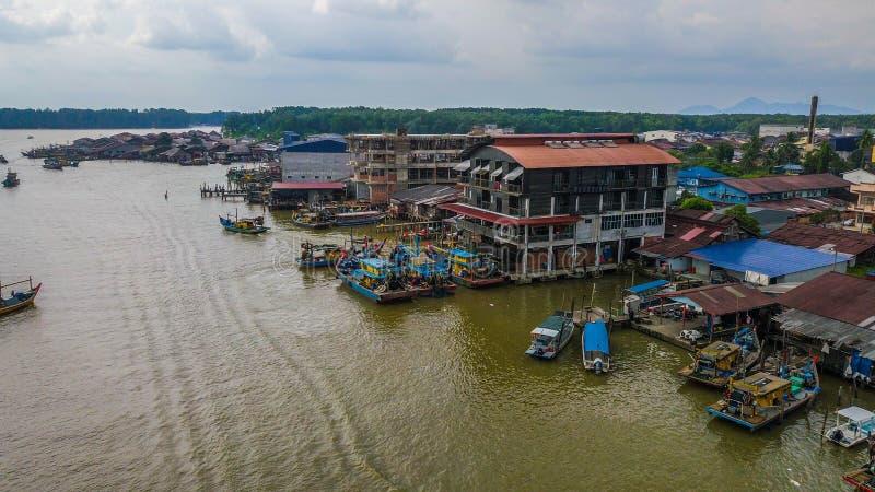 美好的渔夫村庄的风景鸟瞰图在瓜拉与小船的Spetang马来西亚在口岸 免版税图库摄影
