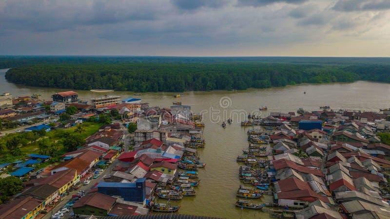 美好的渔夫村庄的风景鸟瞰图在瓜拉与小船的Spetang马来西亚在口岸 免版税库存图片