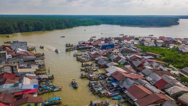 美好的渔夫村庄的风景鸟瞰图在瓜拉Sepetang马来西亚 免版税库存图片