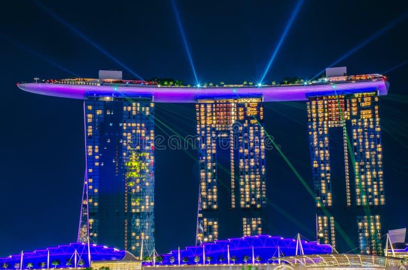 美好的激光展示在小游艇船坞海湾夜间的沙子旅馆为新加坡的游人和地标中心是最普遍的 图库摄影