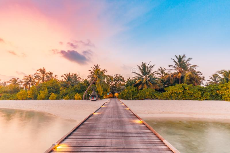 美好的日落海滩场面 充满风平浪静和放松的热带心情的五颜六色的天空和云彩视图 图库摄影