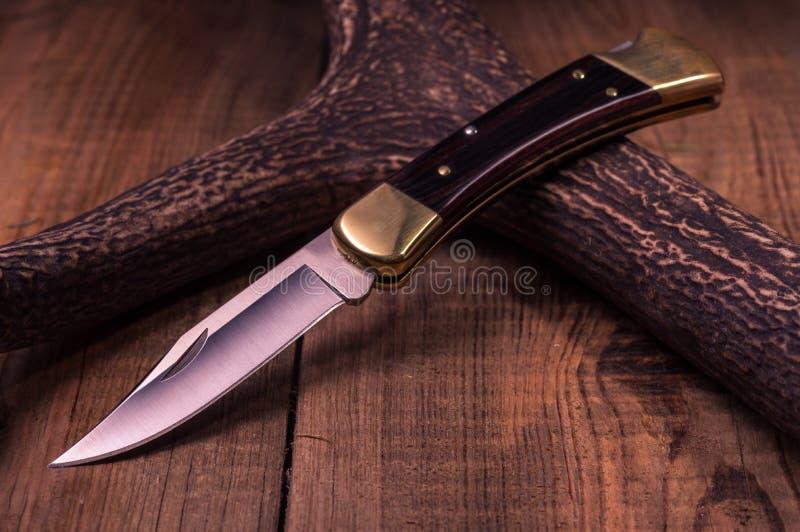 美国刀子和鹿角 木背景 抽象背景褐色排行照片 库存图片
