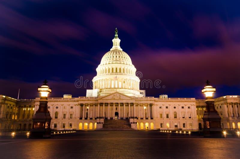 美国国会参议院美国国会大厦圆顶在日落晚上 免版税图库摄影