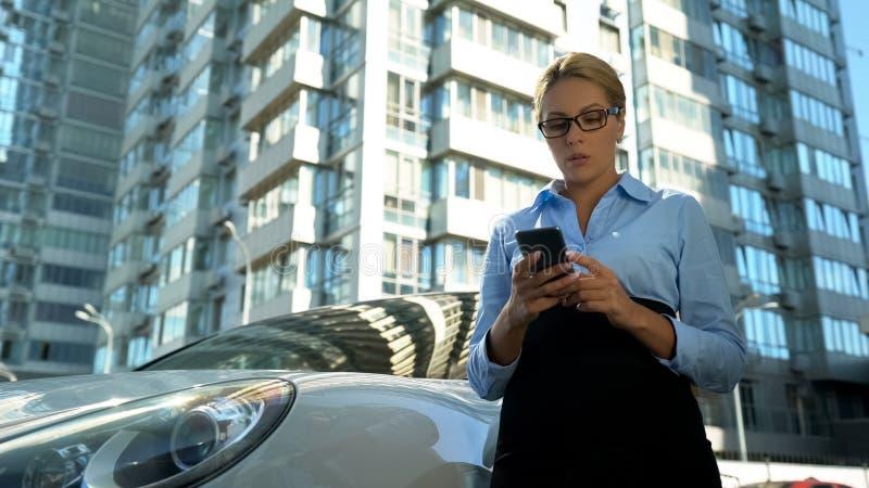 翻倒妇女读书在手机的坏新闻消息,解雇麻烦在工作 免版税库存图片