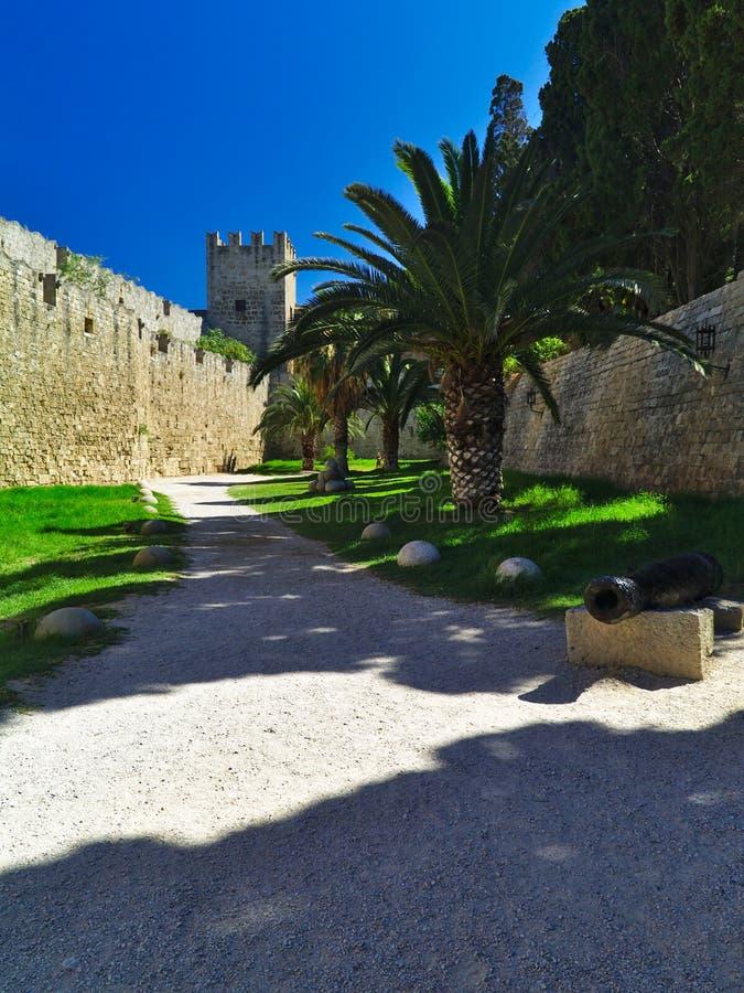 石球棕榈树和中世纪设防 免版税库存照片