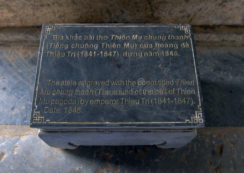 石碑的信息匾在七层的Phuoc Duyen塔旁边的一个小亭子在Thien Mu塔,颜色,越南 图库摄影