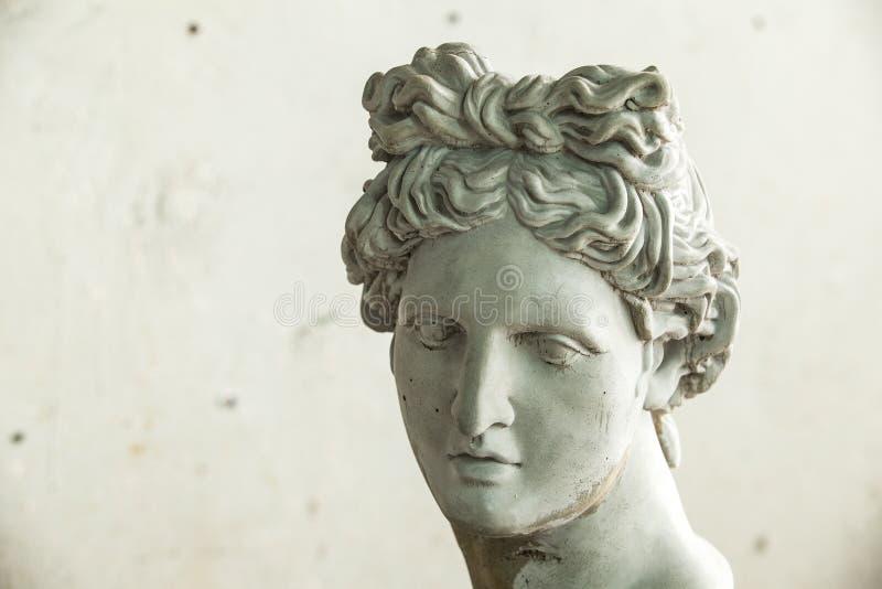 石膏雕塑 石膏阿波罗的头在车间 免版税库存照片