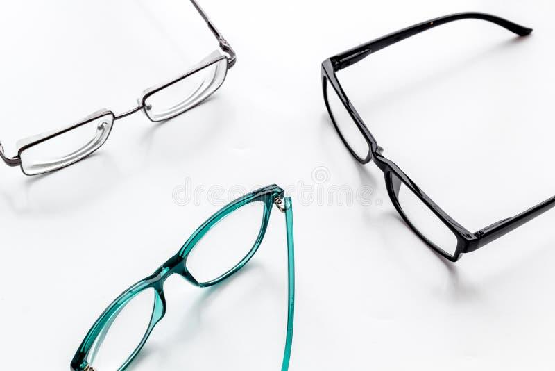 眼睛的辅助部件 与透明透镜的玻璃和在白色背景的不同的框架 免版税库存图片