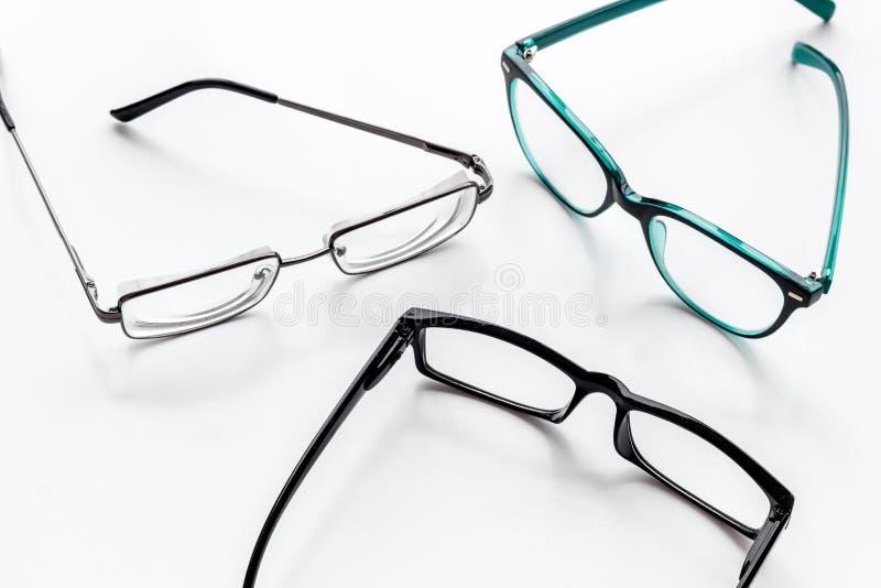 眼睛的辅助部件 与透明透镜的玻璃和在白色背景的不同的框架 免版税库存照片