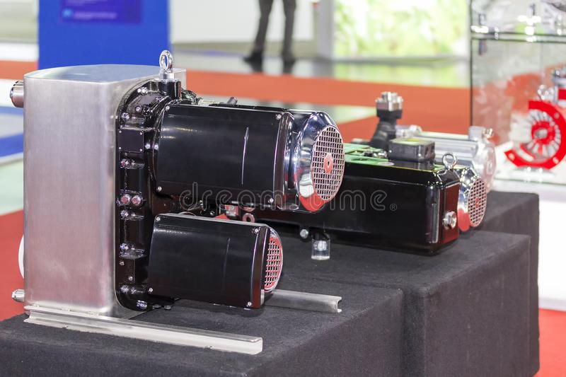 真空泵接近的侧视图高压的在桌上的工业工作 库存照片