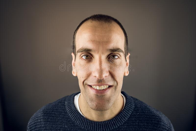 看与愉快表示和微笑的年轻人的画象照相机 免版税库存照片
