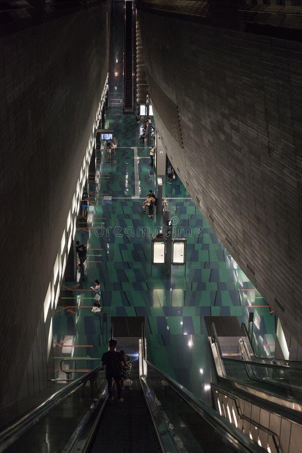 看下来从台阶冠上在人在一MRT地铁通勤在新加坡 免版税库存图片