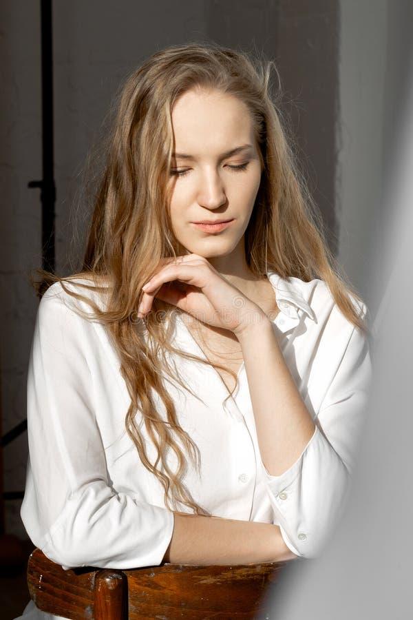 看下来在白色衬衫的哀伤的周道的模型 图库摄影