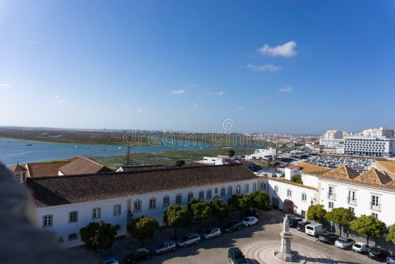 看下来法鲁,葡萄牙盐水湖和城市 库存照片