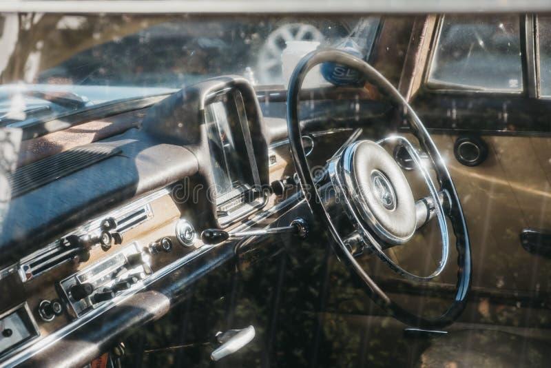 看法通过在伦敦600停放的窗口老蓝色奔驰车,英国,在一好日子 库存图片