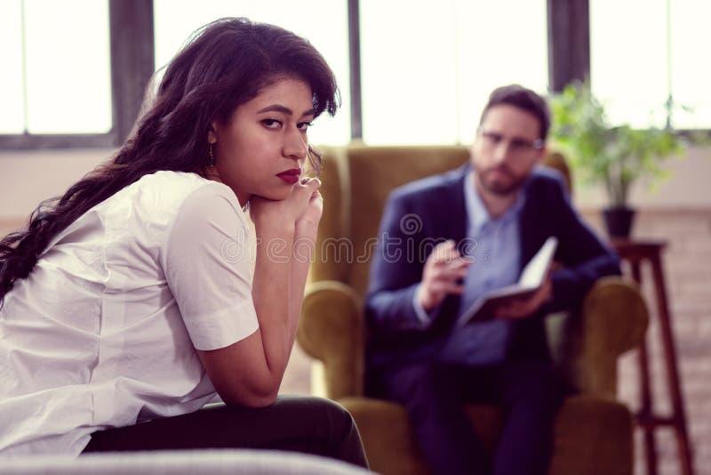 看您的哀伤的不快乐的年轻女人 免版税图库摄影