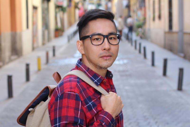 看照相机的英俊的亚裔人 免版税库存照片