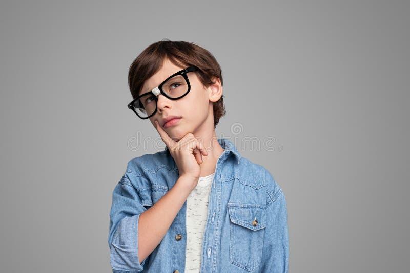 看聪明的男孩和想出 库存图片
