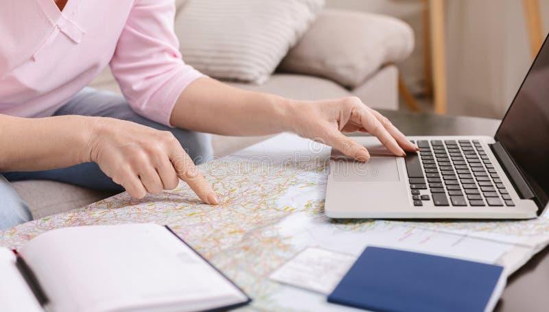 看起来与地图的资深妇女计划的旅行 免版税库存图片