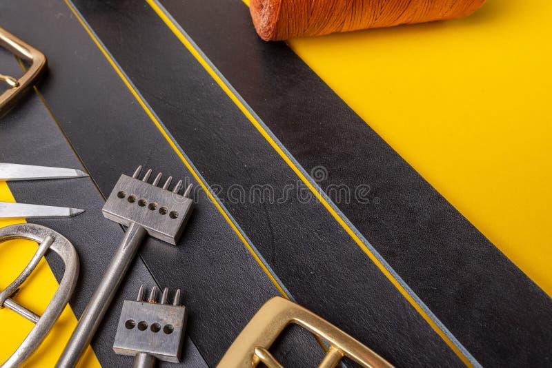 皮带的缝合的过程 工具、材料和辅助部件皮革车间的 葡萄酒缝合工业 免版税图库摄影