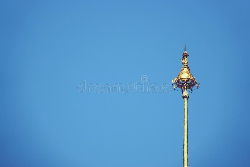 皇家九层伞泰国,有排列的伞有蓝色背景,寺庙的高峰 库存图片