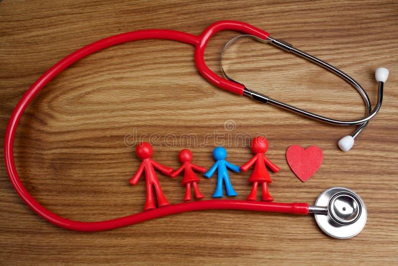 玩偶与一个不同孩子和听诊器的家庭背景 孤独性了悟概念 库存照片