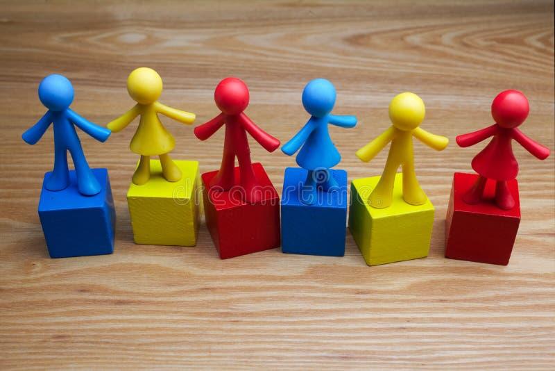 玩偶儿童与孤独性词的背景设计在立方体 免版税库存照片