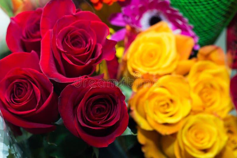 玫瑰,红色和黄色花美丽的花束  库存图片