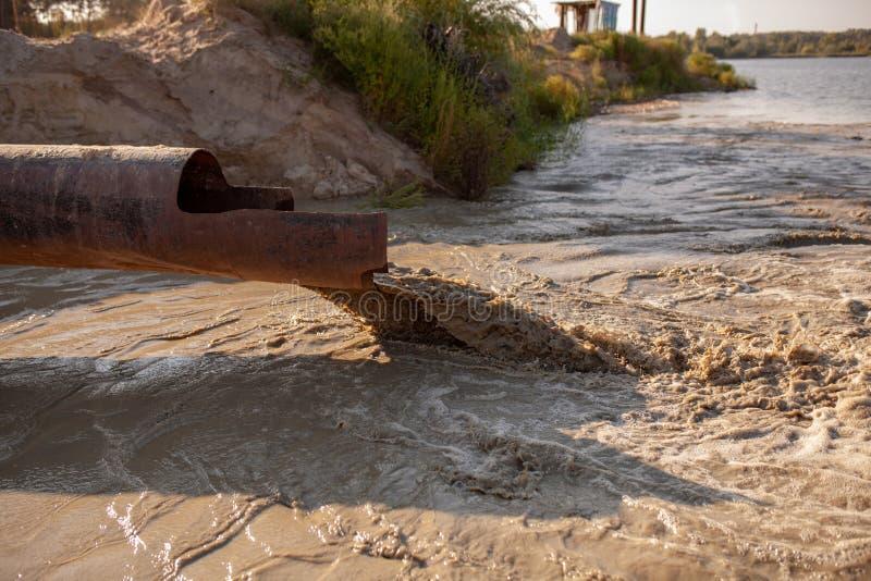 环境的污染由废物的从管子或排水设备 自然污染污水的概念 库存照片