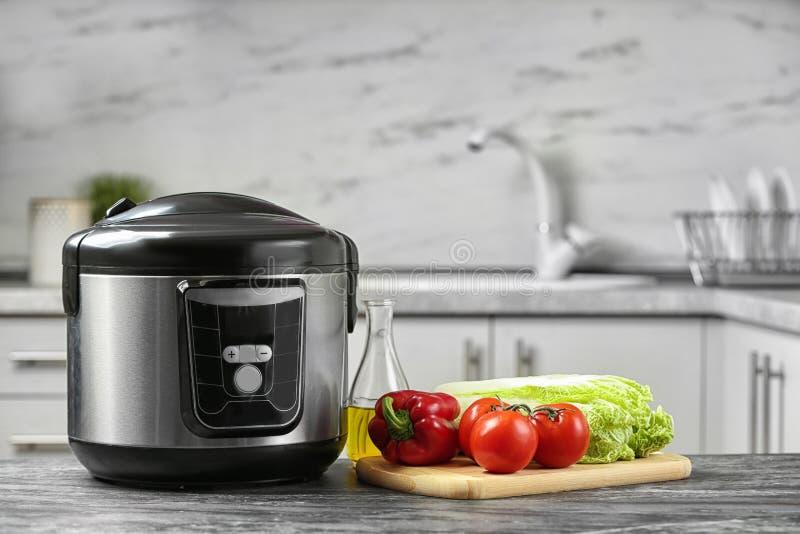现代多烹饪器材和产品在桌上在厨房里 库存照片