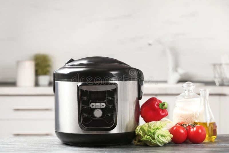 现代多烹饪器材和产品在桌上 库存图片