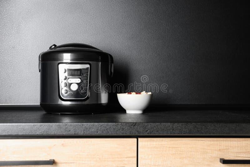 现代多烹饪器材和成份在桌上在厨房里 库存照片