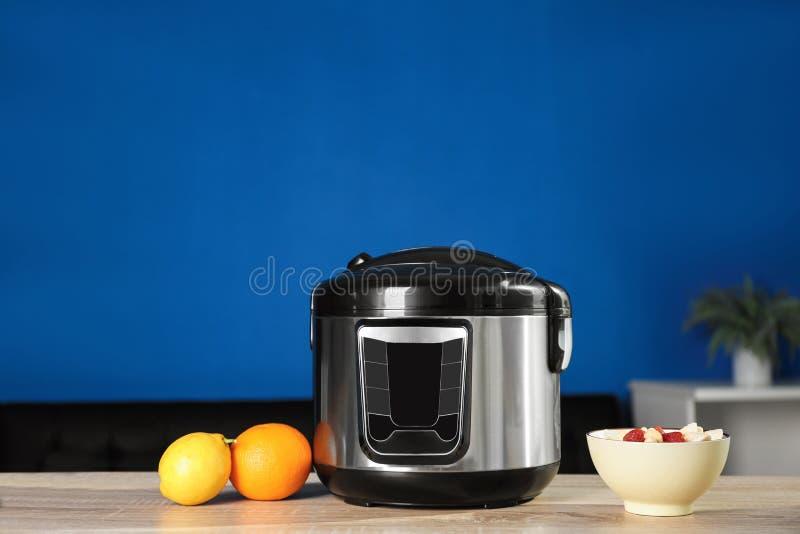 现代多烹饪器材和成份在桌上 免版税库存照片