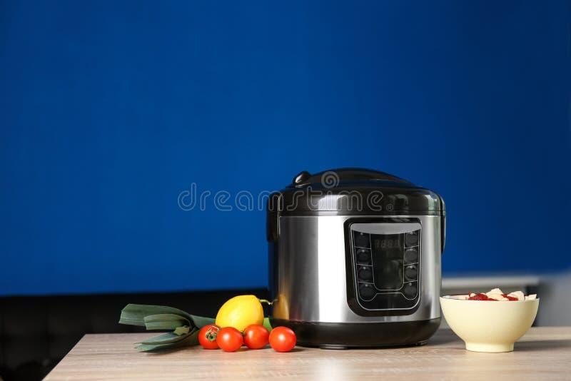 现代多烹饪器材和成份在桌上 免版税图库摄影