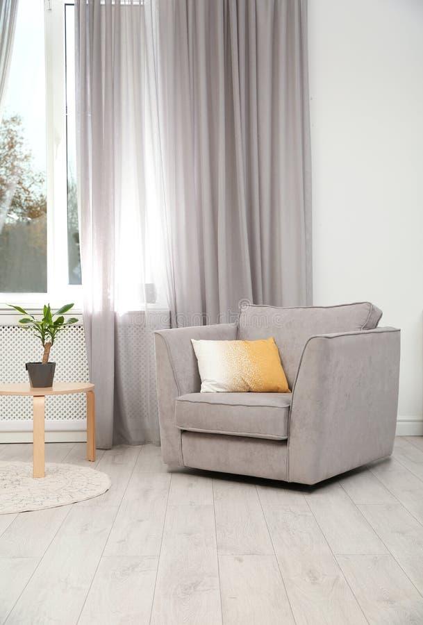 现代家具和窗帘在时髦的内部 库存照片