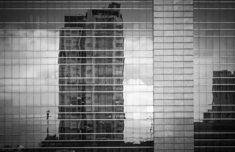 现代建筑学关闭与镜子大厦的窗口反射在曼谷 免版税库存图片