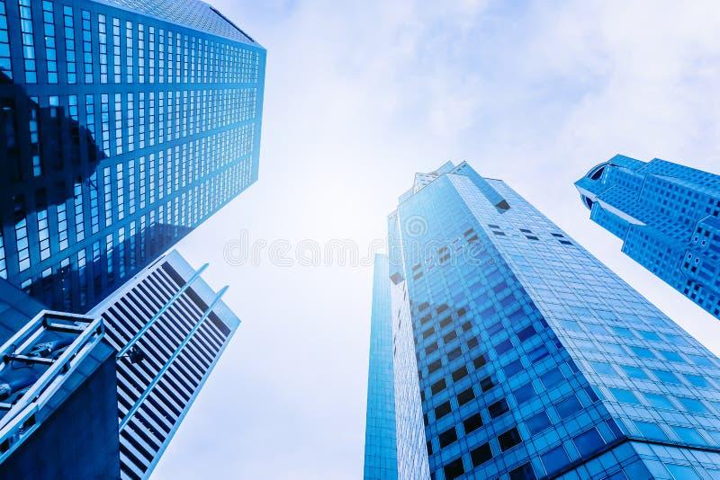 现代办公楼摩天大楼,高层建筑物,上升对天空的建筑学 免版税库存图片