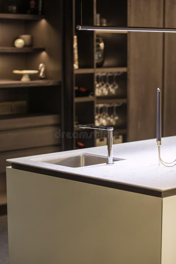 现代厨房、水龙头和厨房水槽 有轻拍和大理石白色worktop的厨房 库存照片