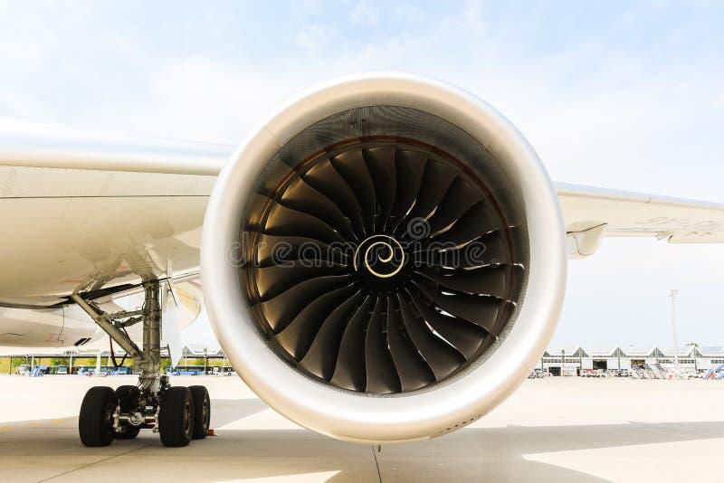 现代喷气式客机飞机引擎  转动的爱好者和涡轮叶片 库存照片