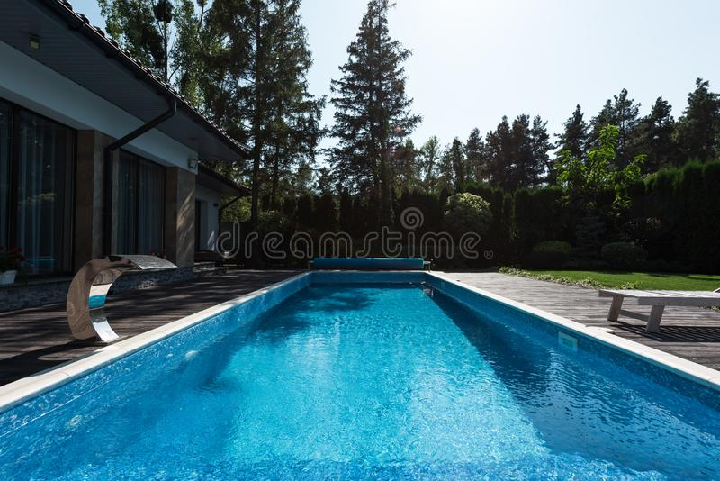 现代房子看法有蓝色游泳的 库存照片