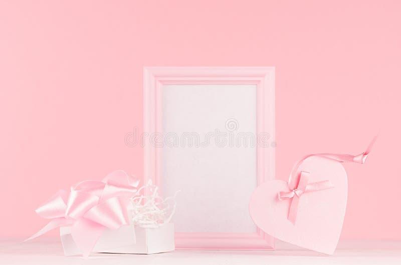 现代时尚情人节背景-与丝带,当前和空白的框架的时髦桃红色心脏的在白木委员会的文本 免版税库存图片