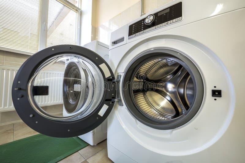 现代洗衣机特写镜头细节内部与门户开放主义的内部 银色发光的不锈的鼓、设计和技术 库存图片