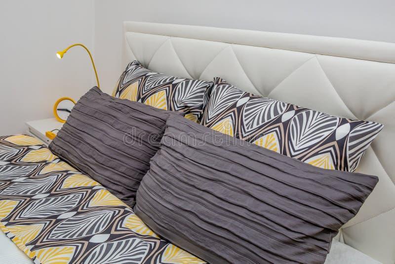 现代装饰枕头 免版税图库摄影