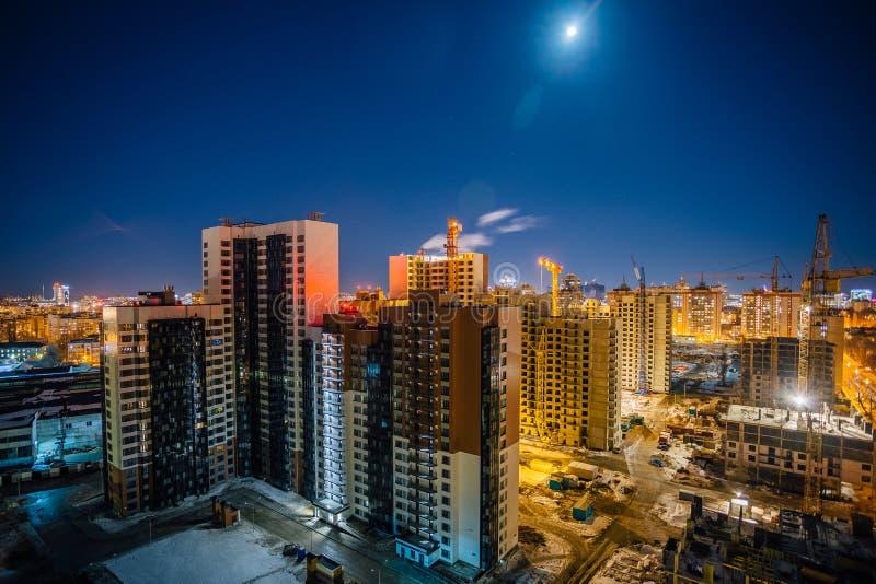 现代高多层的居民住房的建筑,夜鸟瞰图建筑场地 库存图片